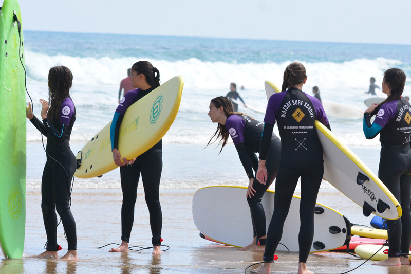 Cursos y clases de surf en la playa de Berria