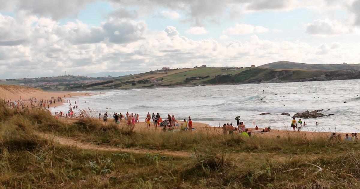 Hacer surf en cantabria, playa de liencres