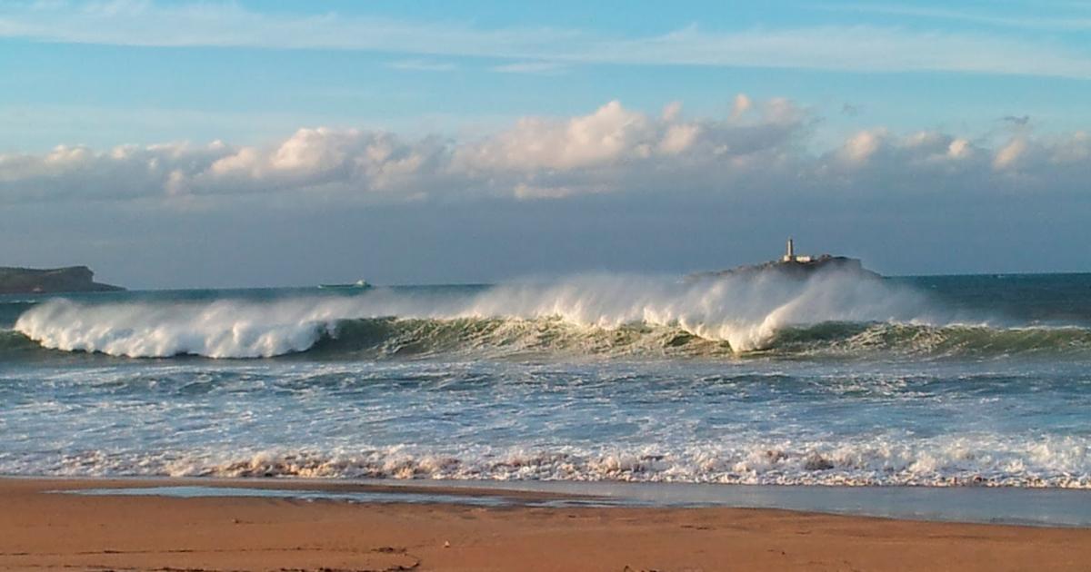 Hacer surf en cantabria playa de somo
