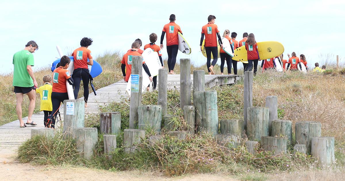 El surf un deporte que fomenta el compañerismo