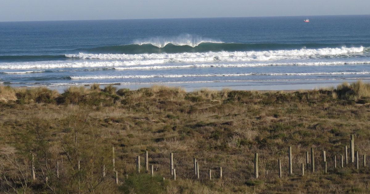 Hacer surf en la playa de Berria